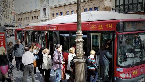 La línea 37 de Tussam amplia su recorrido por la barriada nazarena de Fuente del Rey