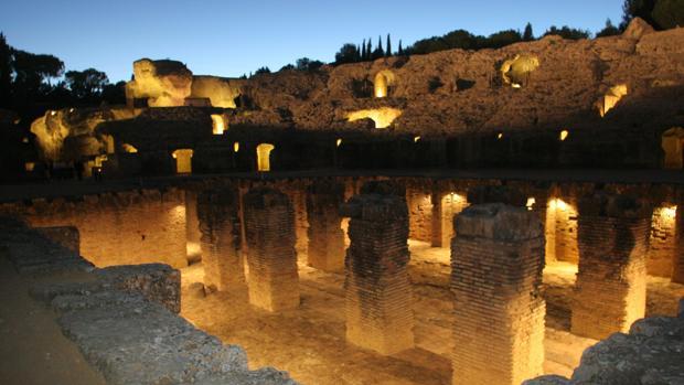 El Anfiteatro romano de Itálica iluminado por la noche, una de las joyas del conjunto arqueológico