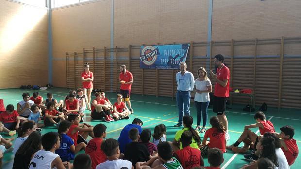 La alcaldesa de Alcalá, Ana Isabel Jiménez ha visitado uno de los campus deportivos de verano