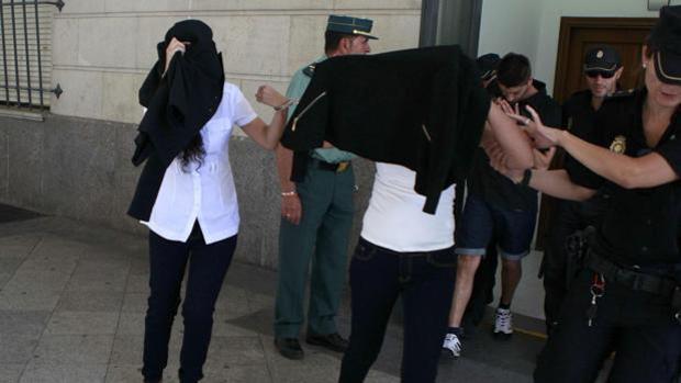 Los acusados, saliendo de los juzgados tras prestar declaración en abril del año pasado
