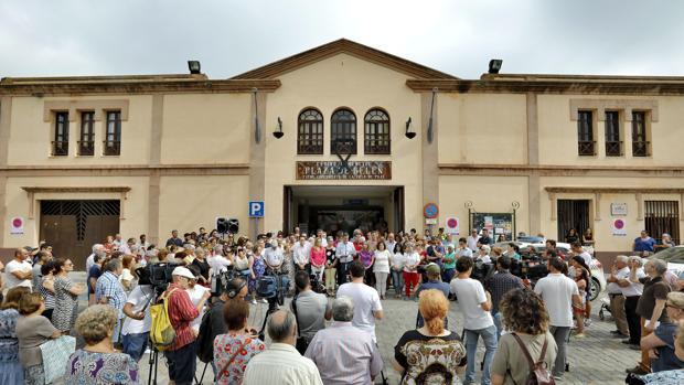 Concentración ante las puertas del Ayuntamiento de Pilas en repulsa por el múltiple crimen de Pau