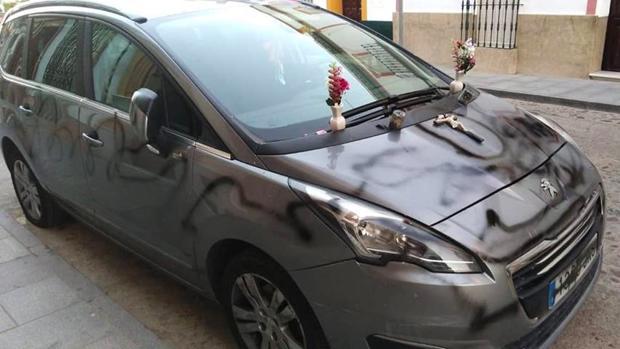 El vehículo de una vecina de Cantillana apareció simulando una tumba