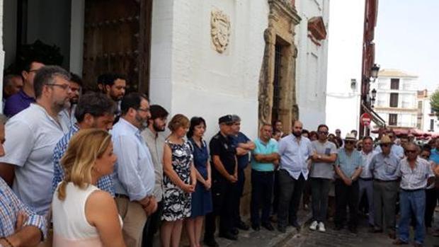Minuto de silencio en Carmona por el terrible crimen de Francisco Cintado