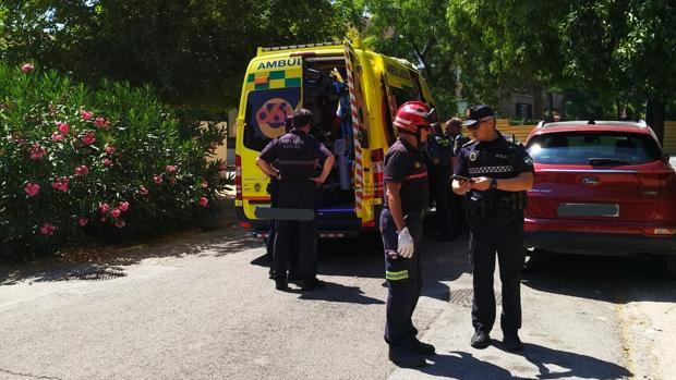 La víctima es trasladada en ambulancia al hospital Virgen del Rocío