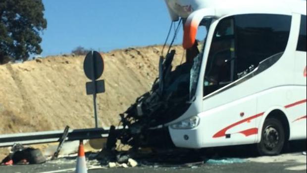 Estado en el que ha quedado el autobús tras colisionar con un camión