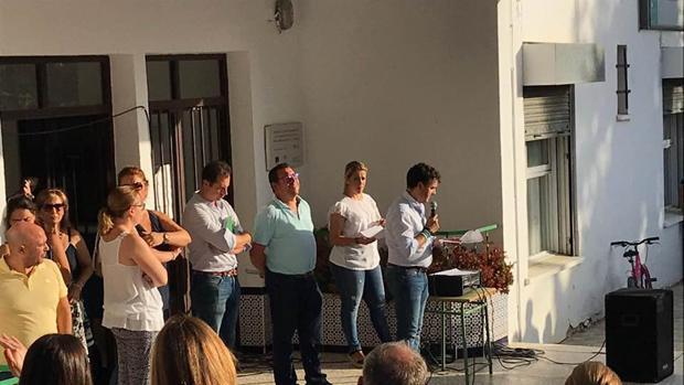 El alcalde de La Campana, Manuel F. Oviedo, lee un comunicado a los padres de los alumnos del B. Barco