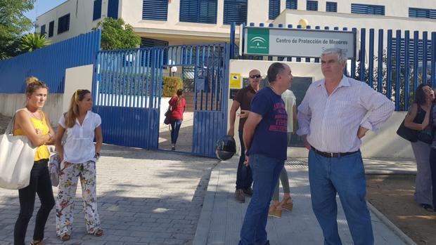 Momento de la concentración de los trabajadores del centro de menores Santa Teresa de Marchena