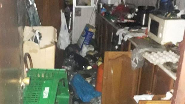 En una de las viviendas llegaron a sacar tres cubas de basura de su interior
