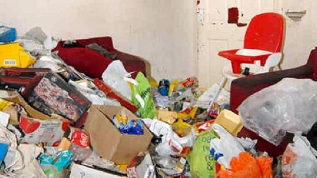 Una habitación de un hogar repleta de basura