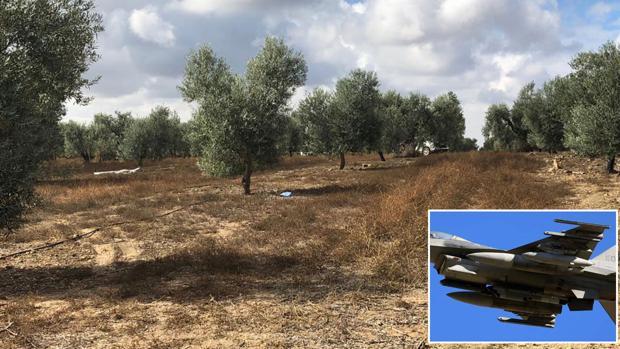 Partes del avión que han caído en la zona de pago de Martinazo, en Arahal, junto a una imagen de un F-16