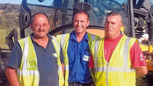 Los operarios que descubrieron el tesoro de Tomares durante la construcción del parque del Zaudín