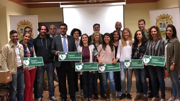 El alcalde de Utrera, José María Villalobos, ha hecho entrega a los directores de los colegios de los dispositivos