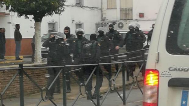 Los agentes del GRS con pasamontañas han llamado la atención a los vecinos de Cantillan