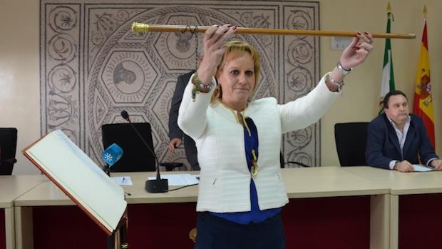 La alcaldesa de Santiponce reparte 17 delegaciones entre ella y sus dos ediles tras las últimas dimisiones