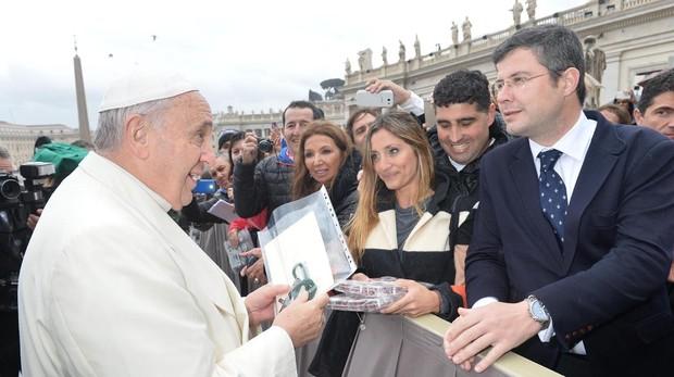 El papa Francisco recibe una carta de Ramón Peña en la que solicitaba el lignum crucis