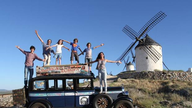 Los seis integrantes de la familia Zapp, durante una parada en Castilla la Mancha