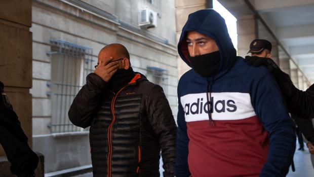El Pollino, a la izquierda, junto a su padre, a la salida de los juzgados tras la vista
