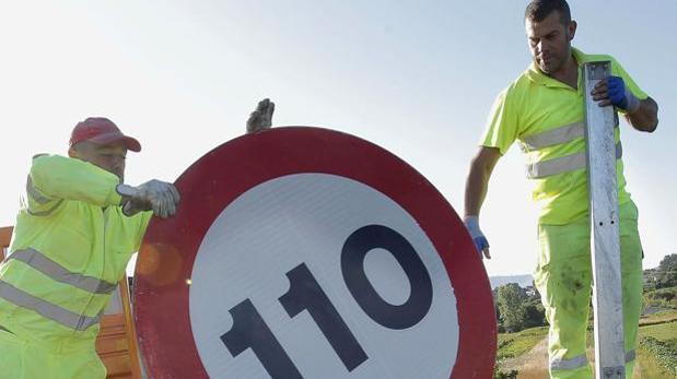 Colocación en 2011 de las nuevas señales de velocidad en autovías