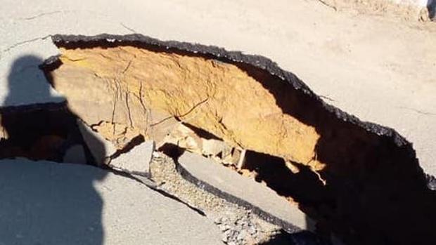 El socavón que ha aparecido de manera repentina en la carretera del camino La Manta en Coria del Río