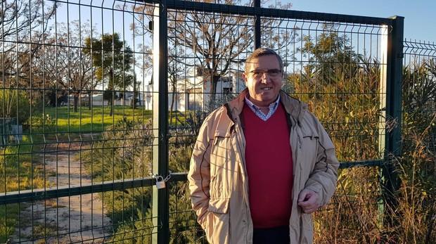 El exalcalde, Domingo Salado, en la puerta del Parque Sol, que lleva años cerrado A.O