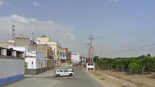 El cuerpo de la víctima apareció en la calle Virgen del Valle de la pedanía de Aral, en La Algaba