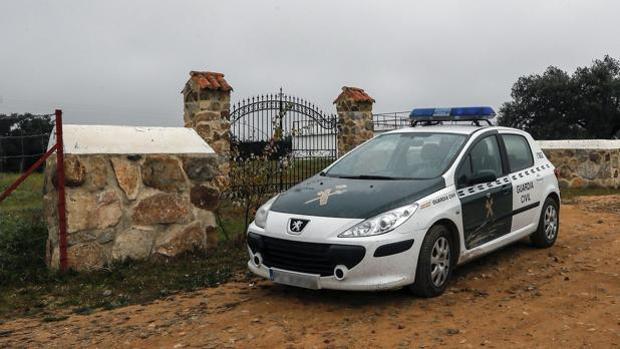 Un vehículo de la Guardia Civil custodia la entrada a la finca donde se produjo este sábado el accidente