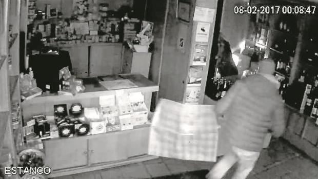 Imagen de archivo de una cámara de seguridad de un establecimiento en el momento de un robo
