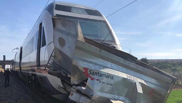La parte frontal del tren, impactada contra el remolque del tractor que bloqueaba el paso a nivel