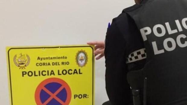 Un agente de la Policía muestra una de las señales que usaban los operarios