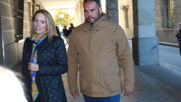 El padre de Aitor junto a su abogada cuando acudió a declarar como testigo el pasado día 8