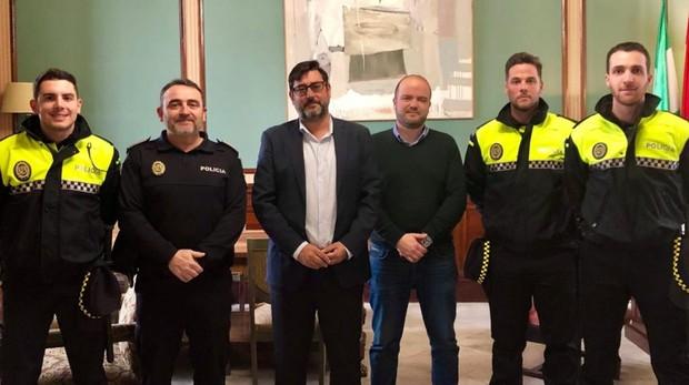El alcalde y el concejal de Seguridad Ciudadana de Utrera junto a representantes de la Policía Local