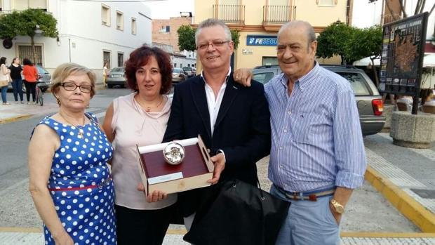 Rafael, posando con el premio Tomate de Plata, junto a su esposa y sus padres