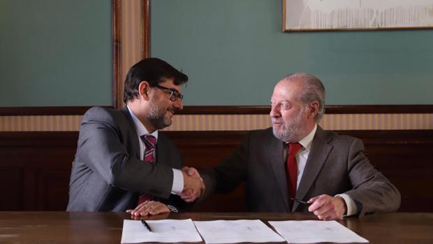 El alcalde de Utrera y el presidente de la Diputación de Sevilla sellando el acuerdo