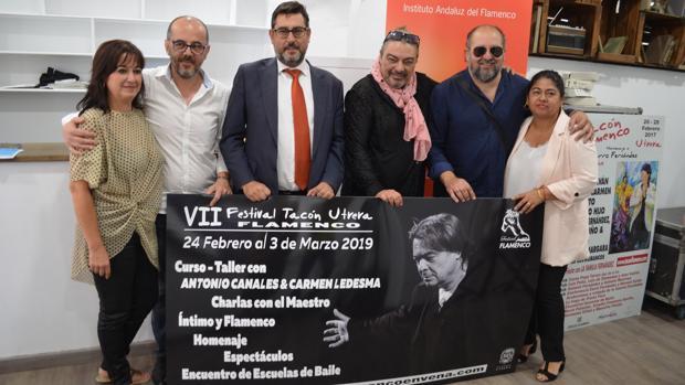 Antonio Canales junto al alcalde de Utrera y otras personalidades y artistas del «Tacón Flamenco»