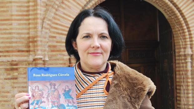 La autora con el libro en el que recopila más de 600 obras de arte que representan a los arcángeles