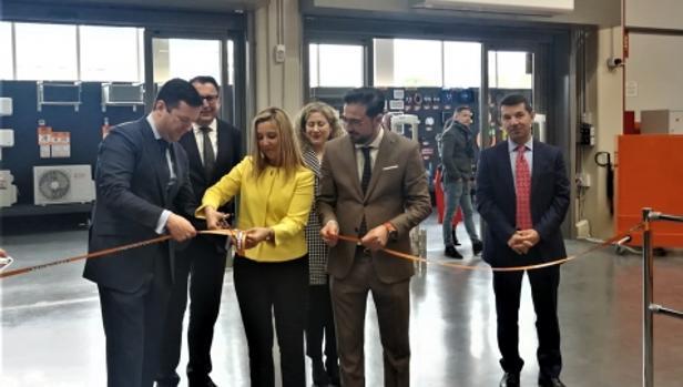 Protocolario corte de la cinta a cargo de la alcaldesa, Ana Isabel Jiménez, y el director general de Bricomart, Antonio Bullido