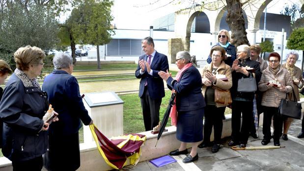 El alcalde de Tomares en el momento del homenaje a las mujeres aceituneras