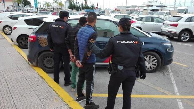 La Policía Nacional ha detenido a dos personas que se escondieron debajo de una cama para no ser descubiertos