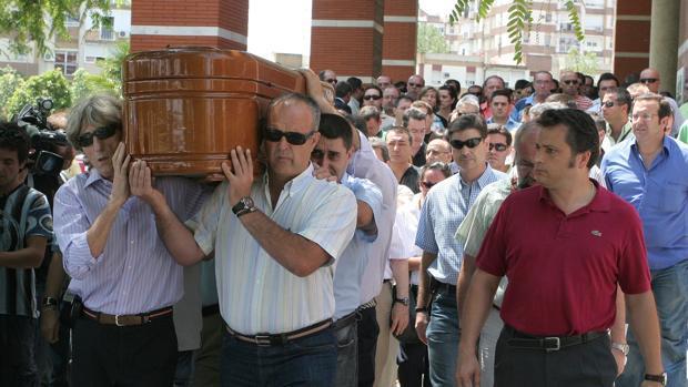 Familiares y amigos portan el féretro del vigilante de seguridad asesinado en El Viso del Alcor en 2008