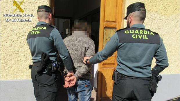 La Guardia Civil ha detenido a cinco personas por secuestrar y robar con violencia a un empresario de La Puebla del Río
