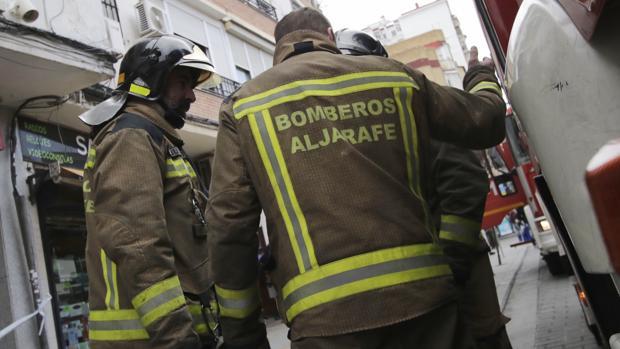 Imagen de archivo de una actuación de los bomberos en un incendio en San Juan de Aznalfarache