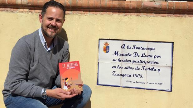 José Carlos Mena junto al azulejo que recuerda a Manuela de Luna en la Plaza de España de Fuentes de Andalucía
