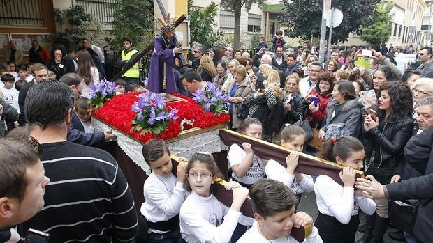 Una procesión escolar de Semana Santa celebrada en un centro educativo de Andalucía
