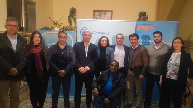Beltrán Pérez junto al que iba a ser candidato del PP a la Alcaldía de Gelves, José Javier Pérez Chaves, y parte de su equipo