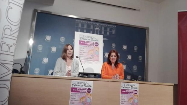 Cristina Luengo y la delegada de Comercio en el Ayuntamiento de Utrera, Carmen Cabra