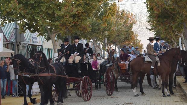 El paseo a caballo es típico de todas las ferias sevillanas