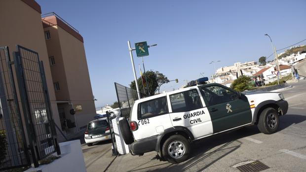 Coche patrulla de la Guardia Civil saliendo del cuartel