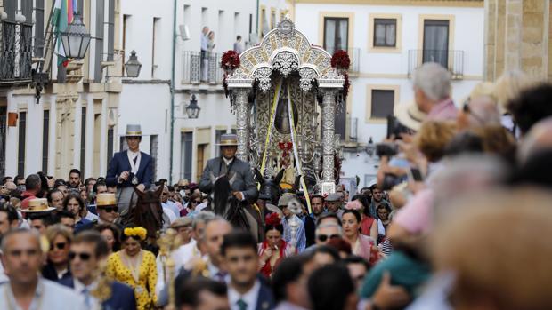 La hermandad del Rocío de Córdoba ha sido una de las primera en salir hacia la aldea de El Rocío