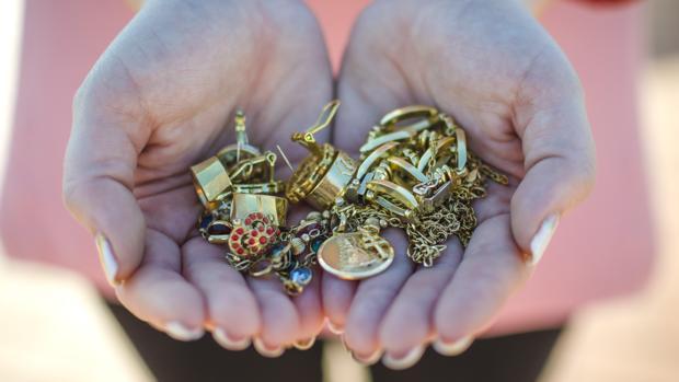 Detalle de algunas de las joyas donadas para la realización de la Corona del Centenario
