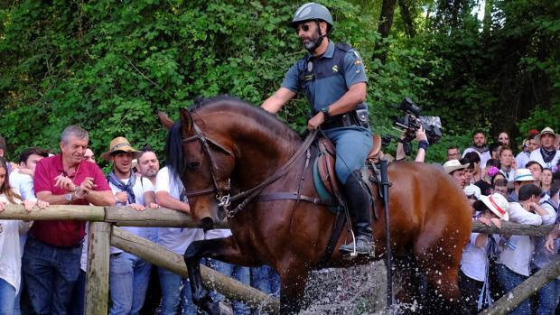Agente de la caballería de la Guardia Civil durante esta romería de El Rocío